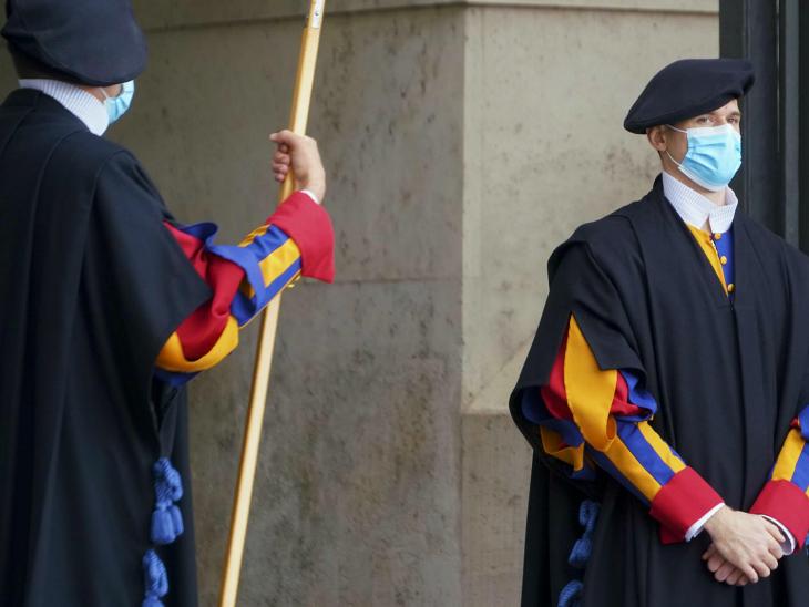 इटली के वेटिकन सिटी में मौजूद गार्ड्स को भी मास्क पहनने को कहा गया है। यहां पोप फ्रांसिस रहते हैं। इटली में संक्रमण की दूसरी लहर को देखते हुए नए प्रतिबंध लगाए जाने की तैयारी है।