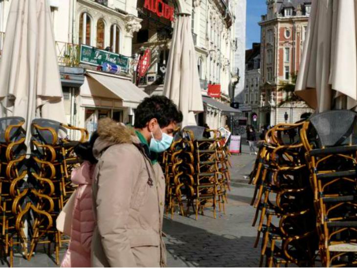फ्रांस सरकार ने साफ कर दिया है कि देश में जल्द ही नए सिरे से लॉकडाउन लगाया जाएगा। सरकार के मुताबिक, इस दौरान सभी तरह के होटल, रेस्टोरेंट्स और बार बंद रखे जाएंगे। फ्रांस में जून से लेकर अगस्त तक लॉकडाउन रहा था। (फाइल)