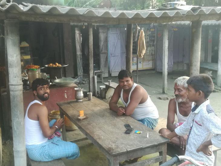 महुआ विधानसभा के एक चौक पर बैठे लोग। इस बार राजद ने यहां से मुकेश रोशन को टिकट दिया है।