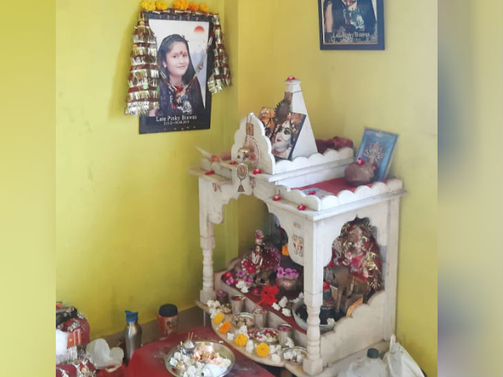 परिवार ने घर के मंदिर में बच्ची की तस्वीर रख दी है, वे उसकी पूजा करते हैं।