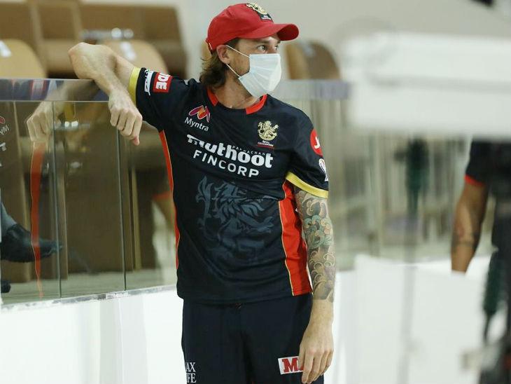 रॉयल चैलेंजर्स बेंगलुरु के तेज गेंदबाज डेल स्टेन को मैच से बाहर रखा। उन्होंने इस सीजन में सिर्फ 2 मैच खेले और एक ही विकेट लिया है।