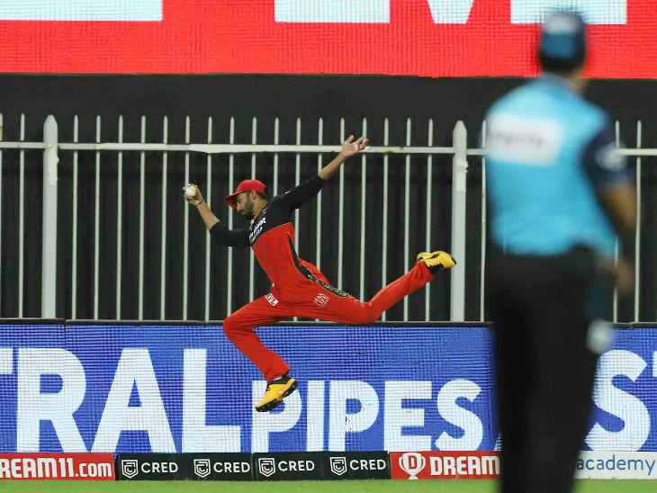 बेंगलुरु के देवदत्त पडिक्कल ने शानदार छलांग लगाकर छक्का रोकने की कोशिश की, लेकिन आखिरी समय पर उनका पैर बाउंड्री लाइन से टच हो गया।