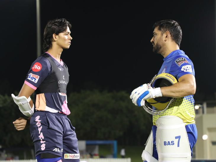 राजस्थान और चेन्नई के मैच से पहले यशस्वी जायसवाल से बात करते महेंद्र सिंह धोनी।