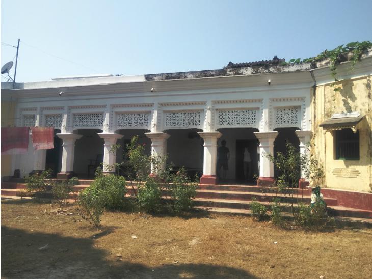 ये पुष्पम प्रिया का पुश्तैनी घर है। यहां उनके चचेरे चाचा सुमित चौधरी रहते हैं।