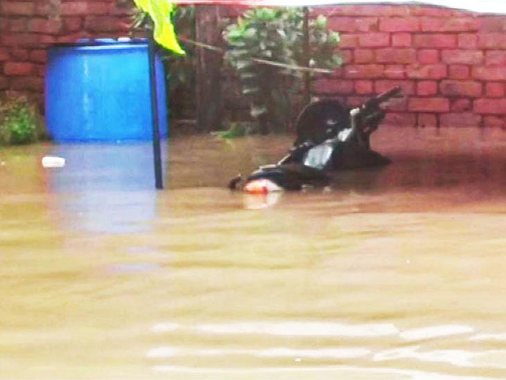 महाराष्ट्र के बारामती में बारिश की वजह से घरों में घुसा पानी।
