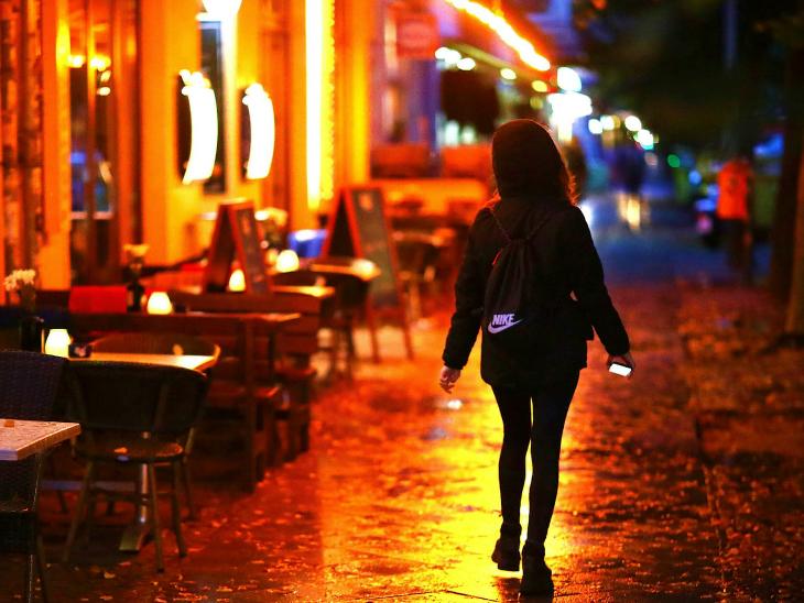 बुधवार रात जर्मनी के बर्लिन शहर की एक सूनी सड़क से गुजरती लड़की। जर्मनी में बुधवार को 5,132 नए मामले सामने आए। चांसलर एंजेला मर्केल ने कहा- इकोनॉंमी तबाह न हो, इसलिए हम यूरोप के दूसरे देशों की तरह लॉकडाउन नहीं कर सकते।