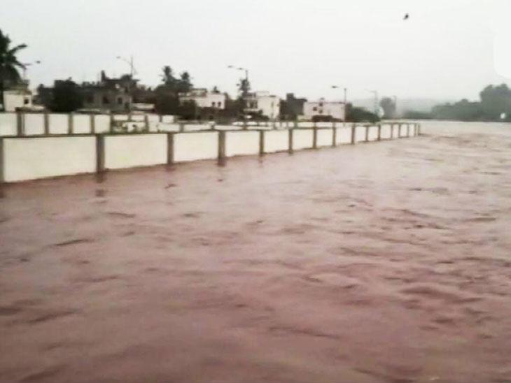 भारी बारिश की वजह से बाढ़ जैसे हालात बन गए हैं।