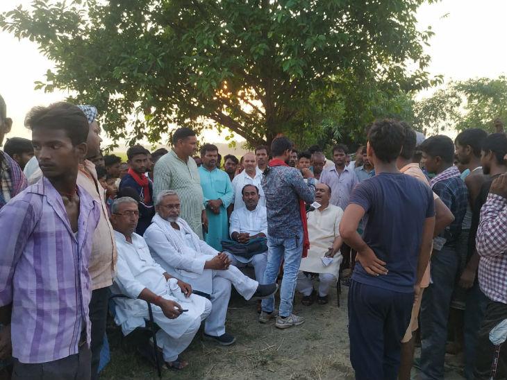 मंगलवार को पीड़ित के घर स्थानीय नेताओं और मीडिया का जमावड़ा लगा था।