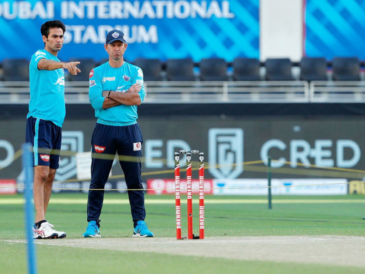 मैच से पहले रिकी पोटिंग और दिल्ली के असिस्टेंट कोच मोहम्मद कैफ पिच को लेकर रणनीति बनाते हुए।