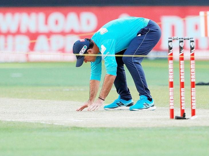 मैच से पहले दिल्ली कैपिटल्स के चीफ कोच और ऑस्ट्रेलिया के पूर्व कप्तान रिकी पोटिंग ने दुबई की पिच का जायजा लिया।
