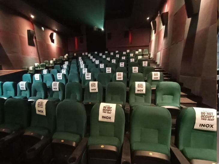 सिनेमाघरों के भीतर एक कुर्सी छोड़कर ही दर्शकों को बैठने की इजाजत दी गई थी।