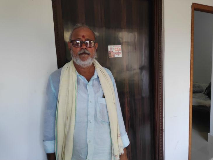 राजेंद्र सिंह के साथ ही भाजपाई से लोजपाई हुए राइस मिल के मालिक अशोक सिंह राय कहते हैं- का करें? हम त 1995 से ही बीजेपी के कार्यकर्ता हई। अब अगर पार्टी हमारे कैंडिडेट का ही टिकट काट देगी तो ऐसी पार्टी में रहने से क्या फायदा।