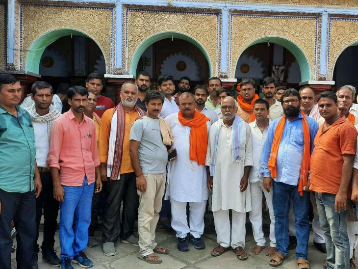 अपने समर्थकों और कार्यकर्ताओं के साथ राजेंद्र सिंह।