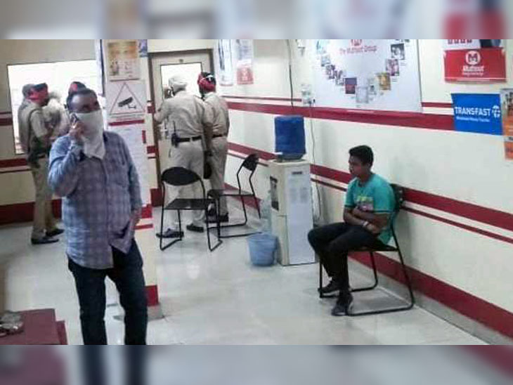 6 armed robbers entered Muthoot Finance Company's office fired 10 bullets; 3 were caught by people who dared, 3 ran |