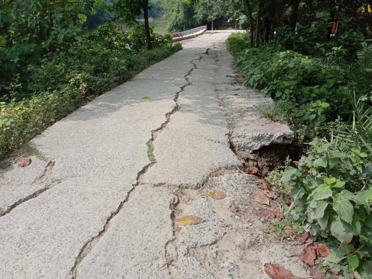 गांव में सड़क तो है, लेकिन उस पर गाड़ी चलाना खतरे से खाली नहीं है।