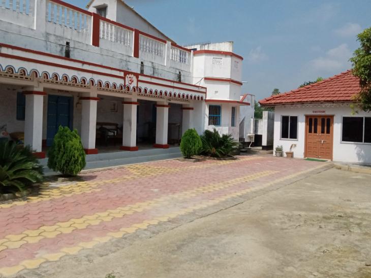 ये उपेंद्र कुशवाहा का घर है। यहीं ऑफिस भी बना है। जब उपेंद्र गांव आते हैं, तो यहीं से काम करते हैं।
