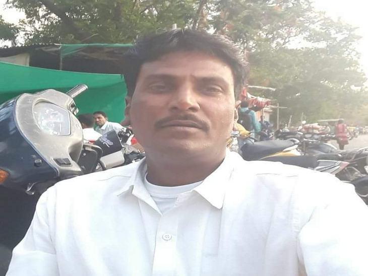 फरार निगमकर्मी आरोपी गब्बर को भी नौकरी से हटा दिया गया है।