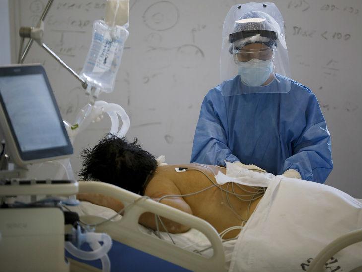 अर्जेंटीना की राजधानी ब्यूनस आयर्स के अस्पताल में कोरोना संक्रमित के इलाज में जुटे डॉक्टर।