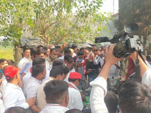 पीड़ित परिवार से मिलने के लिए शुक्रवार को भीम आर्मी के कार्यकर्ता और सपा नेता पहुंचे। गांव में पुलिस का पहरा है।
