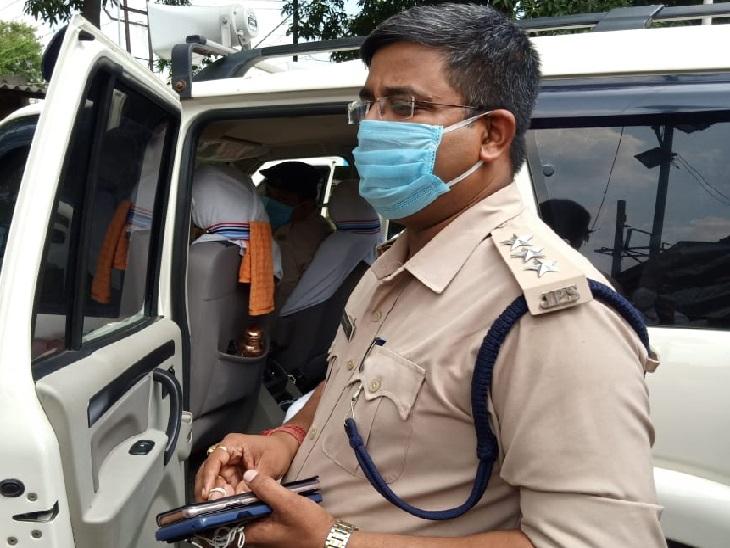 घटनास्थल पर पहुंचे धनबाद डीएसपी (विधि व्यवस्था) मुकेश कुमार।