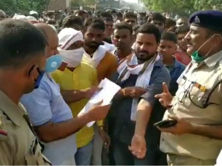 आक्रोशित ग्रामीणों को समझाते पुलिस अफसर।