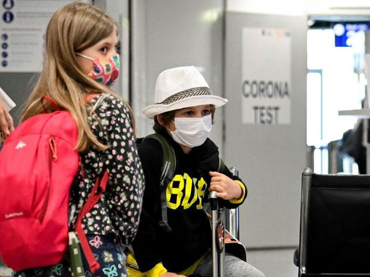जर्मनी की राजधानी बर्लिन के इंटरनेशनल एयरपोर्ट पर टेस्टिंग के लिए इंतजार करते बच्चे।