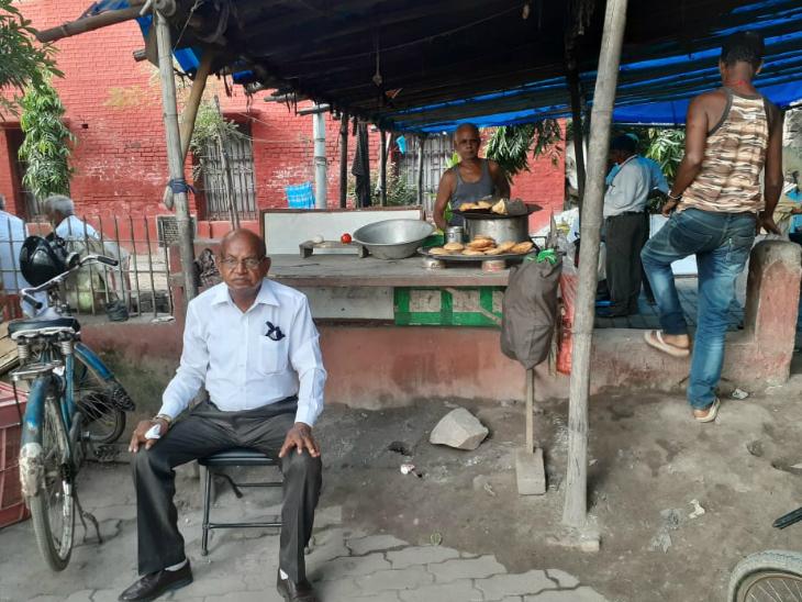 नगर निगम दफ्तर के सामने बनी ये चाय-समोसे की दुकान चुनावी बतकही का अड्डा बन जाती है।