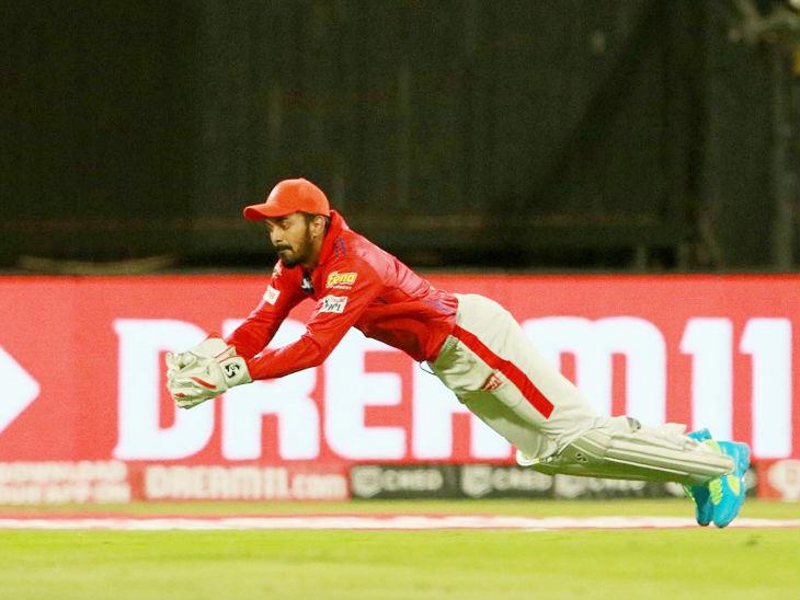 विराट कोहली का शानदार कैच लेते किंग्स इलेवन पंजाब के कप्तान और विकेटकीपर लोकेश राहुल।