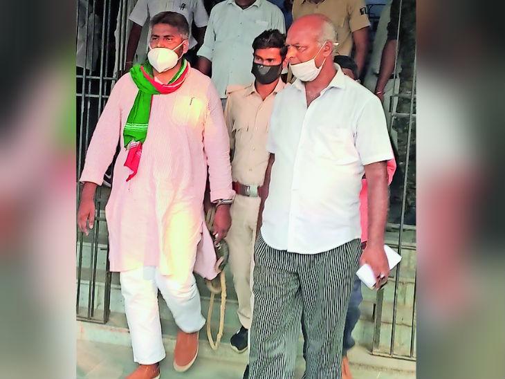 माले प्रत्याशी आफताब आलम को कोर्ट में पेशी के बाद जेल ले जाती पुलिस। - Dainik Bhaskar