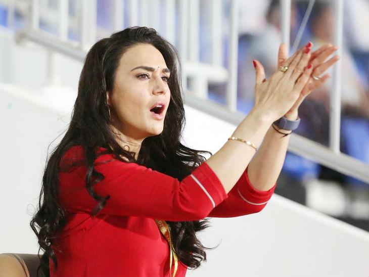 पूरन के छक्का लगाने और मैच जीतने के बाद प्रीति जिंटा के चेहरे पर खुशी की लहर दिखी।