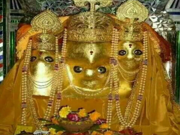 आगर मालवा जिले के नलखेड़ा स्थित विश्व प्रसिद्ध पीतांबरा सिद्ध पीठ मां बगलामुखी मंदिर में नवरात्रि के पहले दिन बहुत कम संख्या में भक्त पहुंचे।