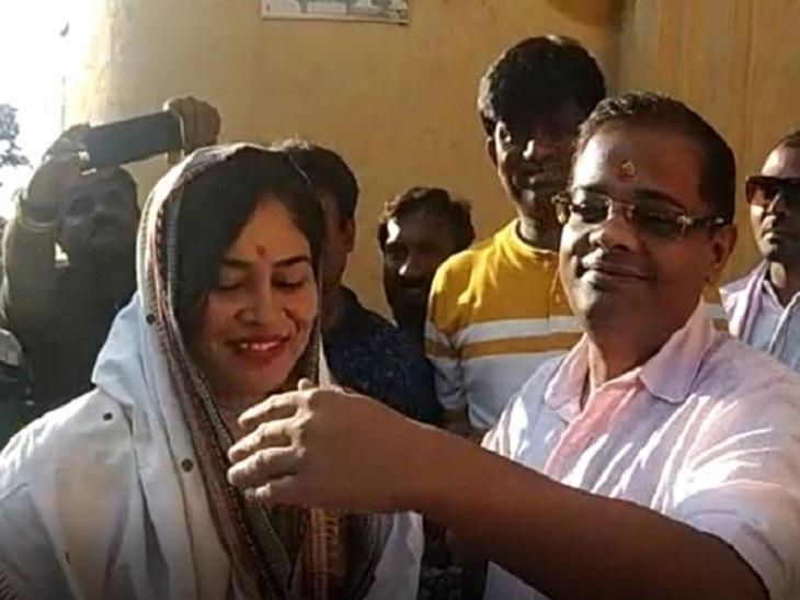ये फोटो पिछले साल अक्टूबर 2019 की है। चुनावी हलफनामे में गलत जानकारी देने के आरोप में अमित जोगी 31 दिनों तक पेंड्रा उपजेल में रहे थे। हाईकोर्ट से जमानत मिली तो पत्नी ऋचा जोगी सबसे पहले आरती की थाली लेकर उनका स्वागत करने पहुंची थीं। - Dainik Bhaskar