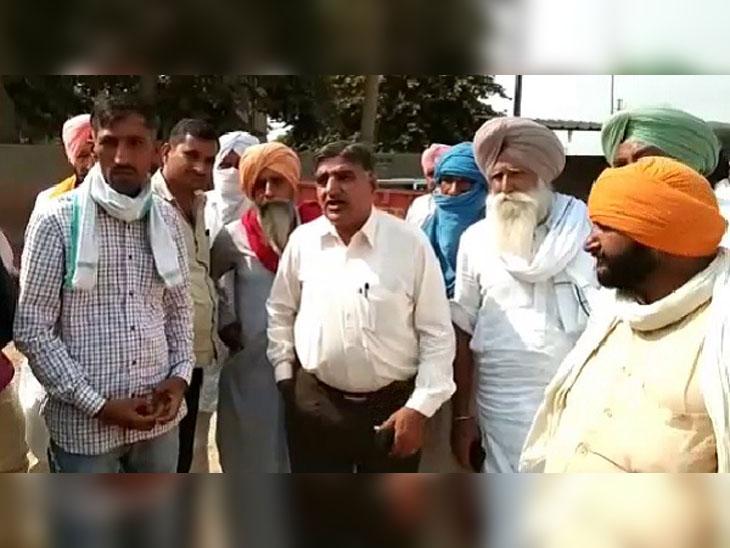 प्रशासन के खिलाफ रोष प्रदर्शन करते बाहर से आए चावलके ट्रकों को पकड़ने वाले किसान।