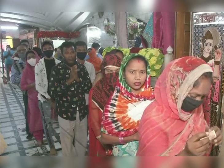 लुधियाना में जगराओं पुल के नजदीक स्थित दुर्गा माता मंदिर में श्रद्धालु लंबी कतारें लगाकर पूजा-अर्चना के लिए अपनी बारी का इंतजार करते रहे।