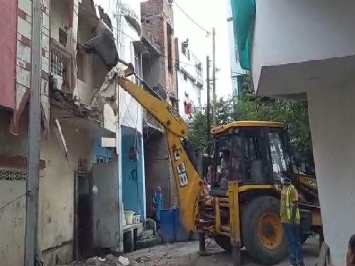 जेसीबी मशीन से पुलिस ने अवैध निर्माण को ढहा दिया।