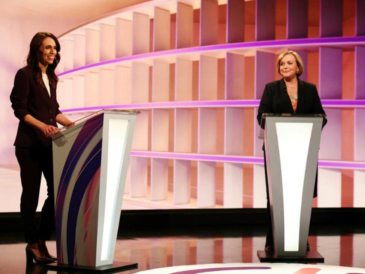 फोटो पिछले महीने की है। तब जेसिंडा और मुख्य विपक्षी पार्टी की नेता ज्युडिथ कोलिन्स के बीच टीवी डिबेट हुई थी। कोलिन्स (दाएं) की पार्टी को 35 सीटों पर जीत हासिल हुई