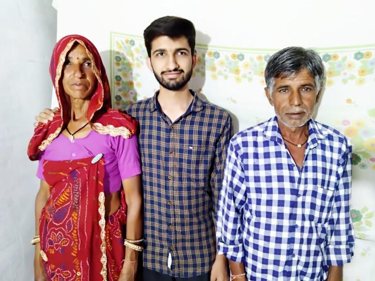 अनिल माता-पिता के साथ।