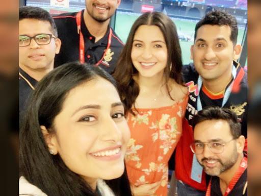 मैच देखने पहुंचीं विराट कोहली की पत्नी अनुष्का शर्मा और क्रिकेटर पार्थिव पटेल के साथ धनश्री ने सेल्फी ली। उन्होंने अपने इंस्टाग्राम अकाउंट पर फोटो शेयर की।