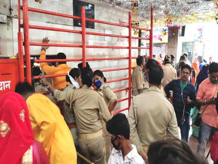 मंदिर की सुरक्षा में महिला पुलिस कर्मियों की भी तैनाती की गई थी।