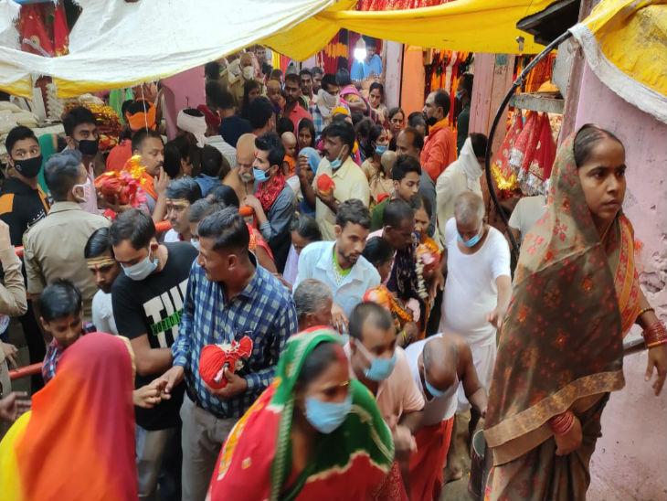 विन्ध्याचल धाम में लगी भक्तों की भीड़। यहां लोग यूपी के अलावा कई राज्यों से दर्शन के लिए पहुंचे हुए हैं।