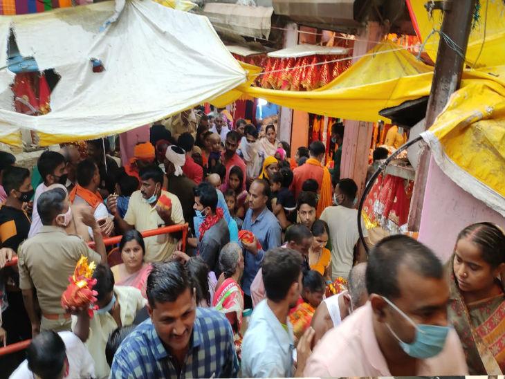 मिर्जापुर के विंध्याचल मंदिर में भक्तों की भारी भीड़ देखने को मिली। इस दौरान हालांकि कुछ ही लोग मास्क लगाए नजर आए।