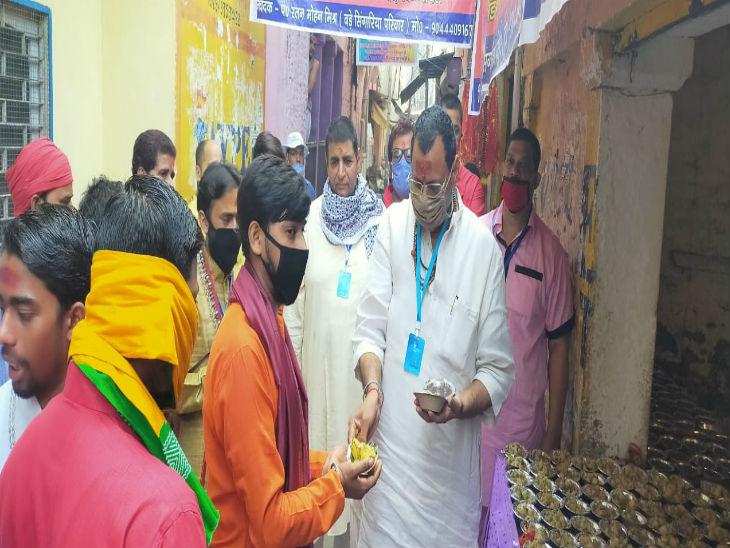मंदिर आने वाले श्रद्धालुओं के लिए प्रसाद की भी व्यवस्था की गई थी। स्थानीय लोगों ने भक्तों के बीच प्रसाद का भी वितरण किया।