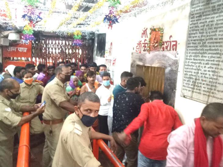 मंदिर में श्रद्धालुओं की सुरक्षा के लिए पुलिसकर्मियों की भी तैनाती की गई थी।