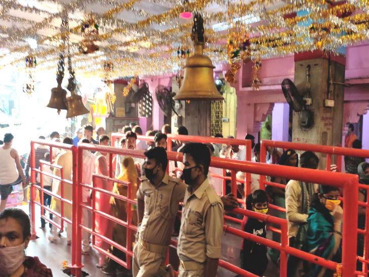 मंदिर में लोगों को दर्शन के कराने के लिए पूरी व्यवस्था की गई थी। इस दौरान पुलिसकर्मी भी मुस्तैद दिखाई दिए।