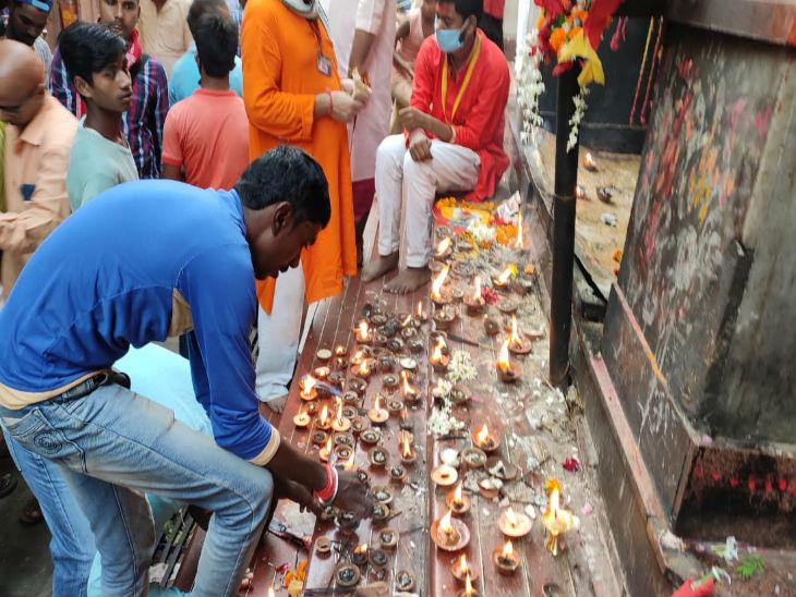 मंदिर में लोगों ने मां को प्रणाम कर दीपक भी जलाए।