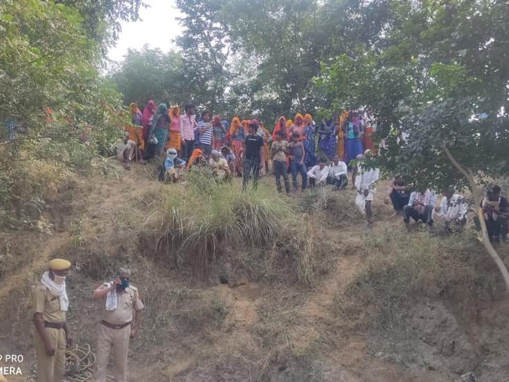 बोलवेल में गिरे बच्चे को निकालने के दौरान ग्रामीण मौके पर जुटे रहे।
