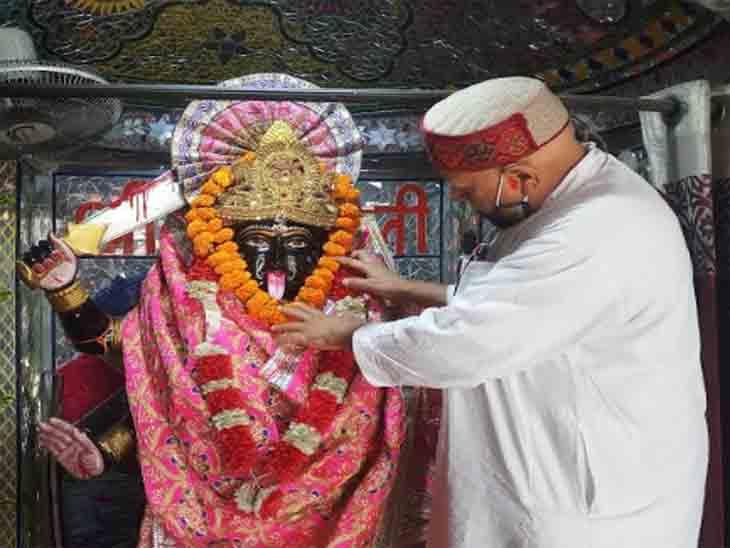 मंदिरों में भक्त सोशल डिस्टेंसिंग का पालन कर रहे हैं।