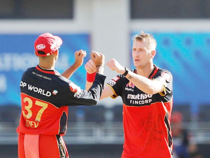 बेंगलुरु के क्रिस मॉरिस ने आईपीएल का अपना दूसरा सर्वश्रेष्ठ प्रदर्शन किया। उन्होंने 4 ओवर में 26 रन देकर 4 विकेट लिए। उनका बेस्ट बॉलिंग फिगर 23/4 है।
