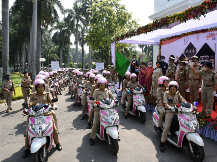 Scooty rider flagged off policemen.