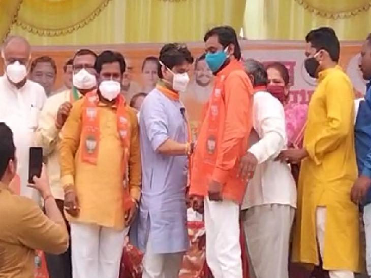 सिंधिया से कांग्रेसियों को दुपट्टा पहनाकर भाजपा में शामिल किया।